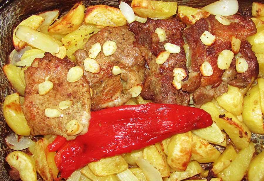 Klasszikus mustáros sült karaj és tarja, vele sült hagymás burgonyával