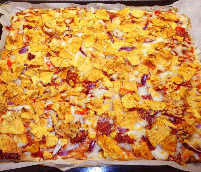Gluténmentes pizza tortilla chips-szel megdobálva