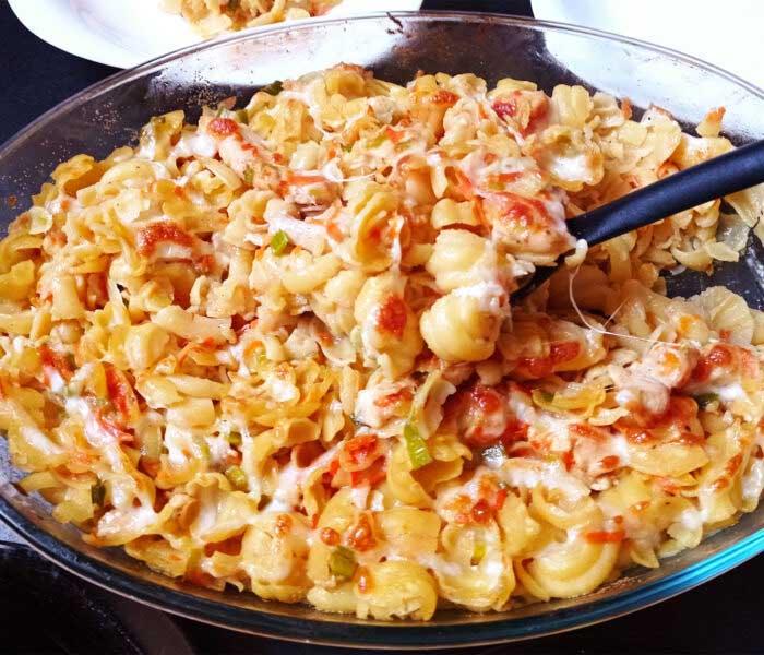 Csirkés, sajtos, zöldséges tészta