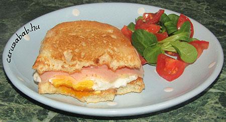Gyors reggeli szendvics pirítóssal és mikrós tükörtojással
