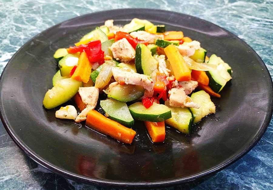 Zöldséges, cukkinis, csirkés egytál' fogyósan